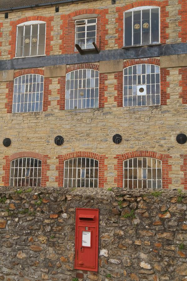 Röd brevlåda i väggen royaltyfria bilder
