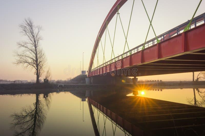 Röd bro över den Bosut floden i Vinkovci, Kroatien arkivfoton