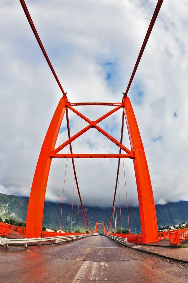 Röd bro över fjorden. Bilden togs den Fisheye linsen arkivbilder
