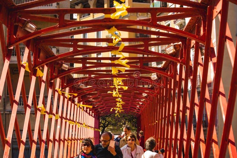Röd bro i girona, Spanien arkivfoton