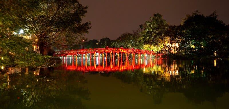 Röd bro i Hoan Kiem sjömummel Noi Vietnam fotografering för bildbyråer