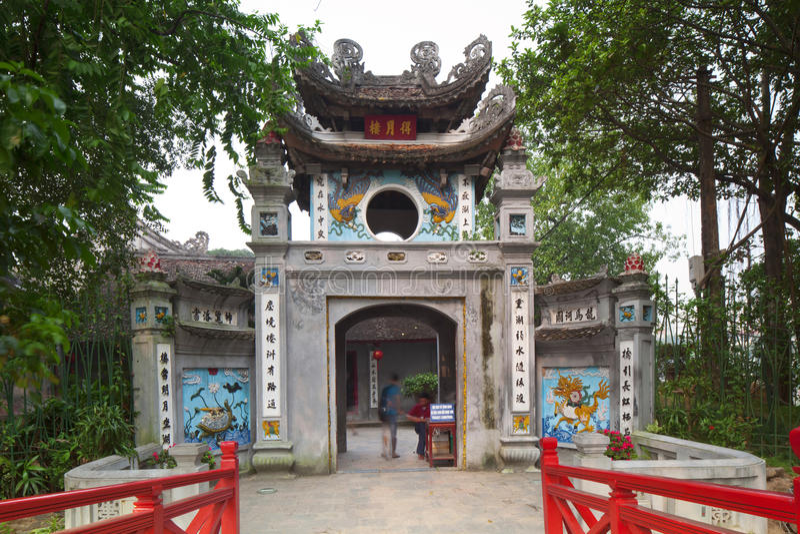 Röd bro i Hoan Kiem sjön, mummel Noi royaltyfri fotografi