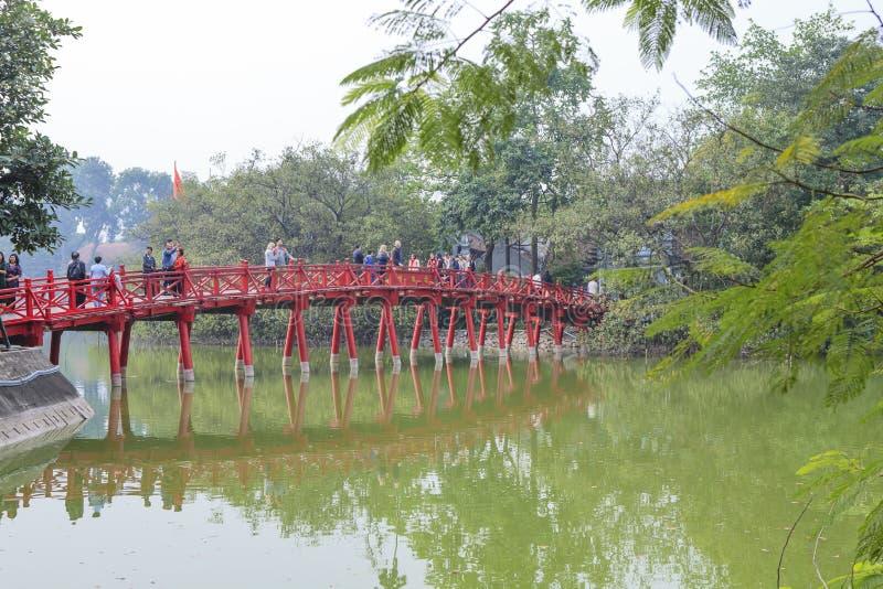 Röd bro i Hoan Kiem sjön, mummel Noi, Vietnam royaltyfri foto