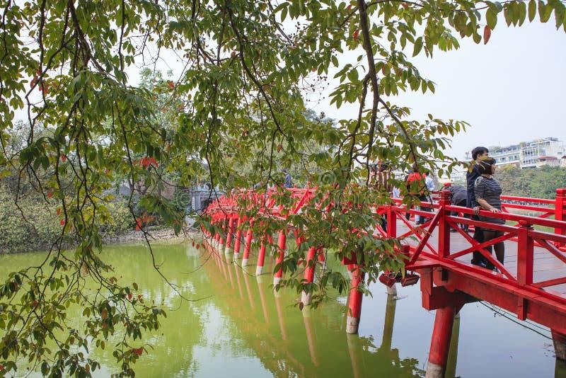 Röd bro i Hoan Kiem sjön, mummel Noi, Vietnam arkivbild