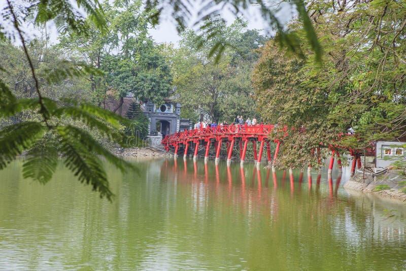 Röd bro i Hoan Kiem sjön, mummel Noi, Vietnam royaltyfria foton