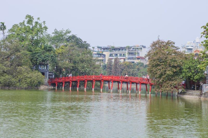 Röd bro i Hoan Kiem sjön, mummel Noi, Vietnam arkivbilder