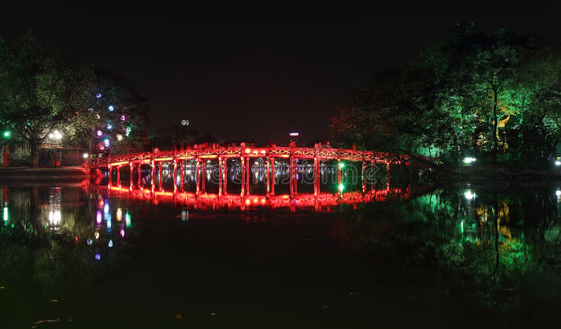 Röd bro i Hoan Kiem sjön på natten fotografering för bildbyråer