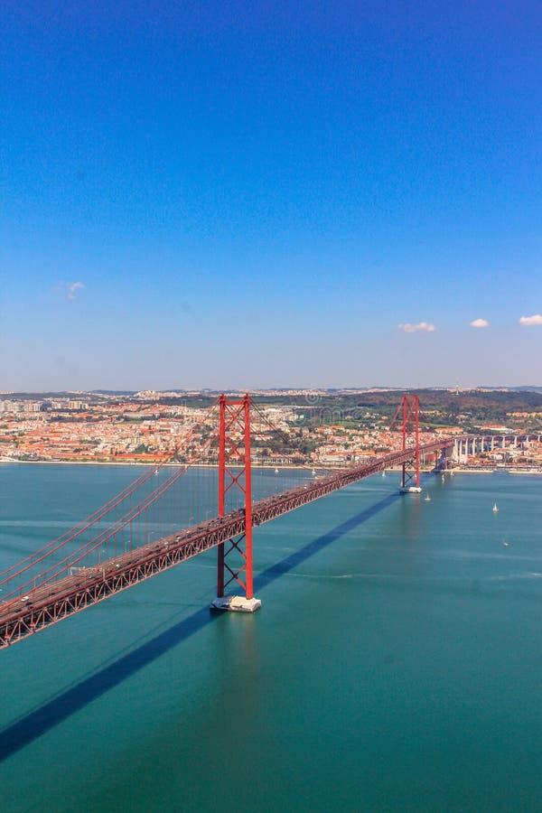 Röd bro i Lissabon, huvudstad av Portugal arkivfoton