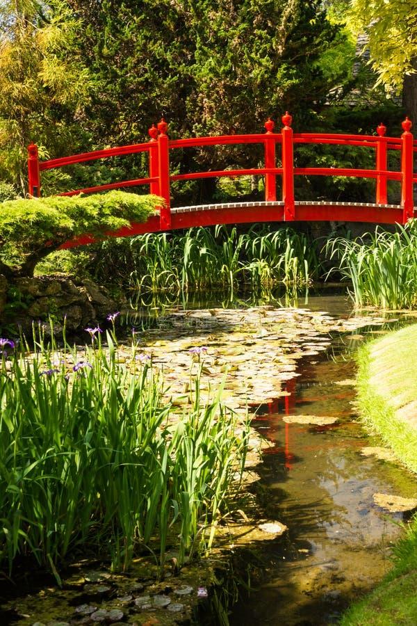 Röd bro. Irländsk nationell dubbs japanska trädgårdar.  Kildare. Irland arkivbilder