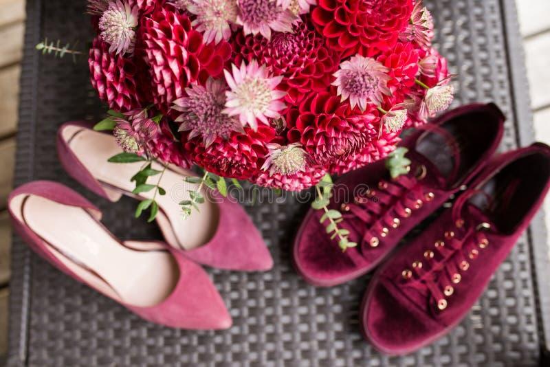 Röd brud- bukett från dahlior i fokus floristic bröllop arkivfoton