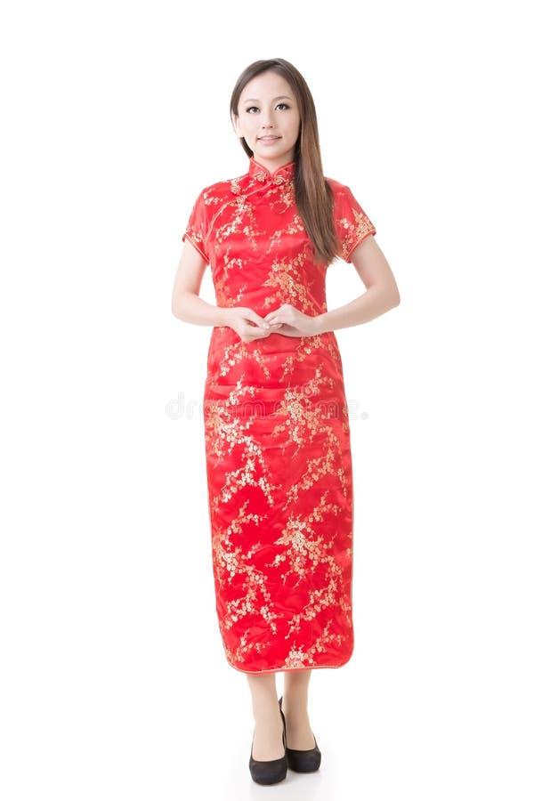 Röd cheongsam för kinesisk kvinnaklänning arkivfoton