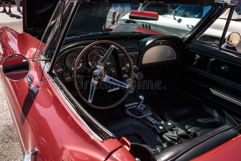 R?d Chevrolet Corvette konvertibel kup? 1966 p? den klassiska Car Show f?r 32nd ?rliga Naples bussgarage royaltyfria foton