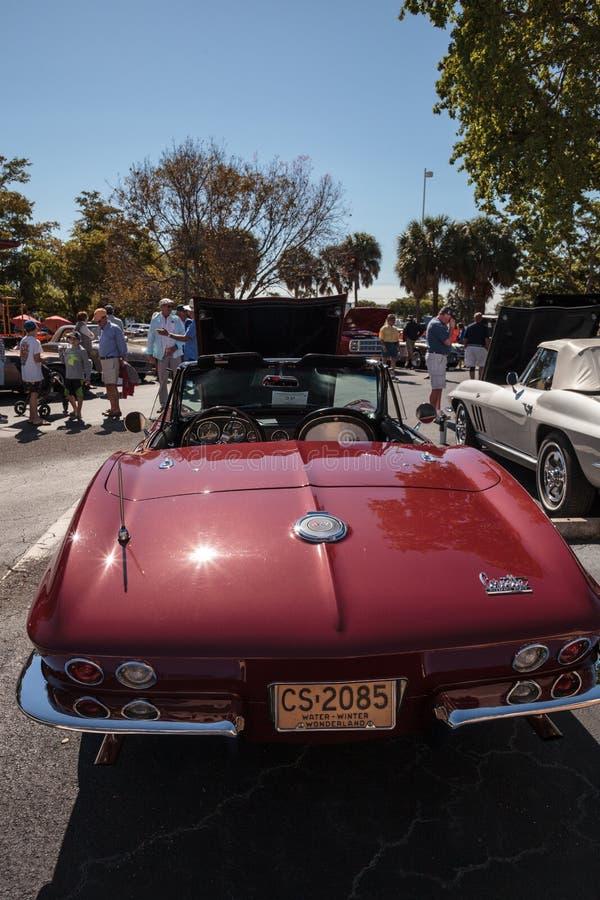 R?d Chevrolet Corvette konvertibel kup? 1966 p? den klassiska Car Show f?r 32nd ?rliga Naples bussgarage fotografering för bildbyråer