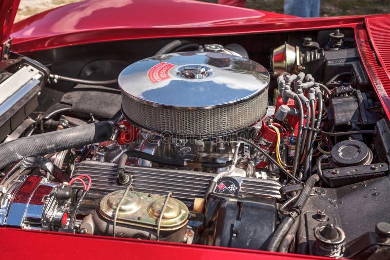 Röd Chevrolet Corvette stingrockacabriolet 1969 på den 10th årliga klassiska bil- och hantverkshowen royaltyfri foto