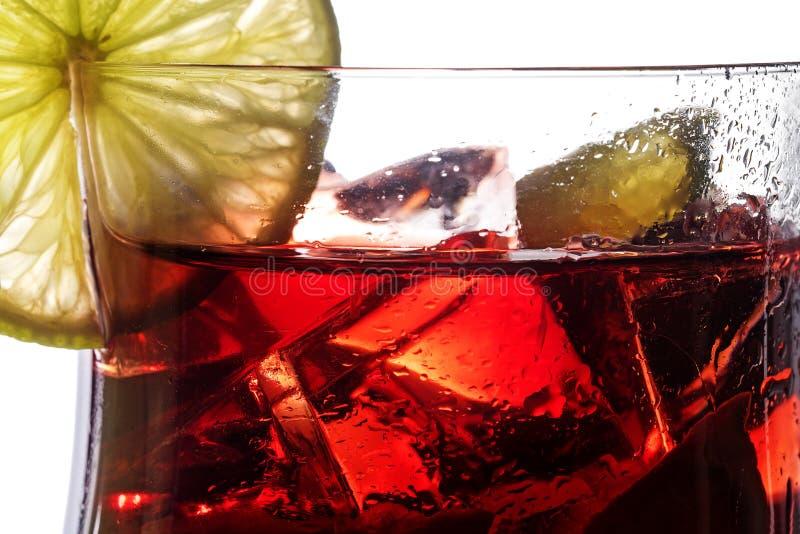Röd coctail, closeup av en ny blandad drink från bär, cherr arkivfoton