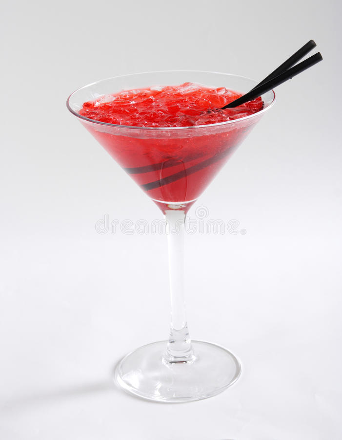 Röd coctail med is royaltyfri bild