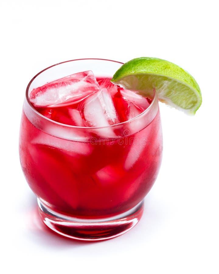 Röd coctail med en limefrukt arkivfoton