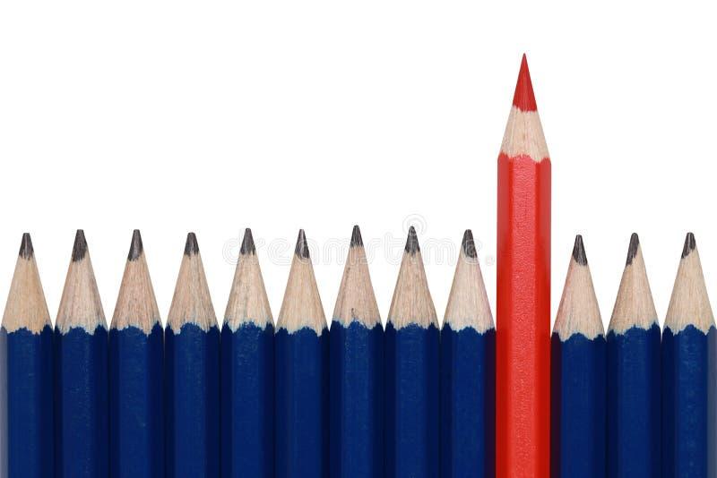 Röd crayon som plattforer ut från folkmassan royaltyfri bild