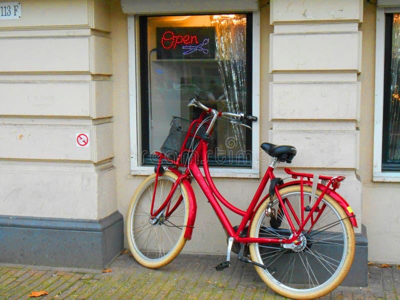 Röd cykel i Amsterdam arkivfoton