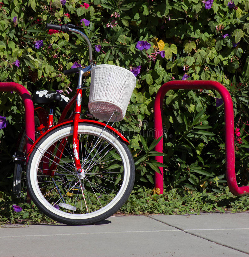 Röd cykel med den vita korgen royaltyfri bild