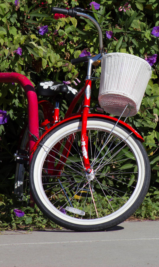 Röd cykel med den vita korgen royaltyfria foton
