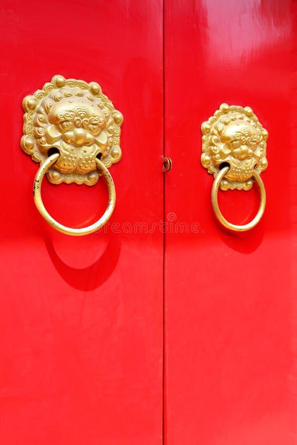 röd dörr för knackare royaltyfri foto