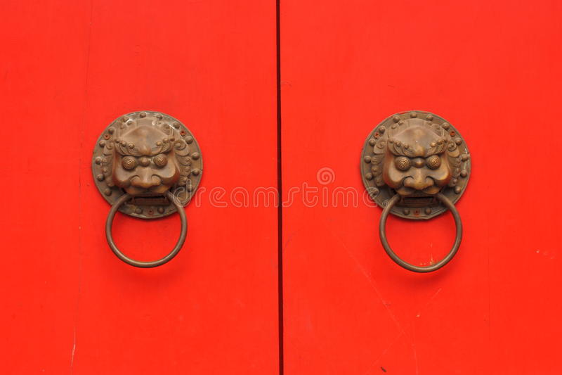 Röd dörr för traditionell kines med knoppen i en gammal tempel arkivbild