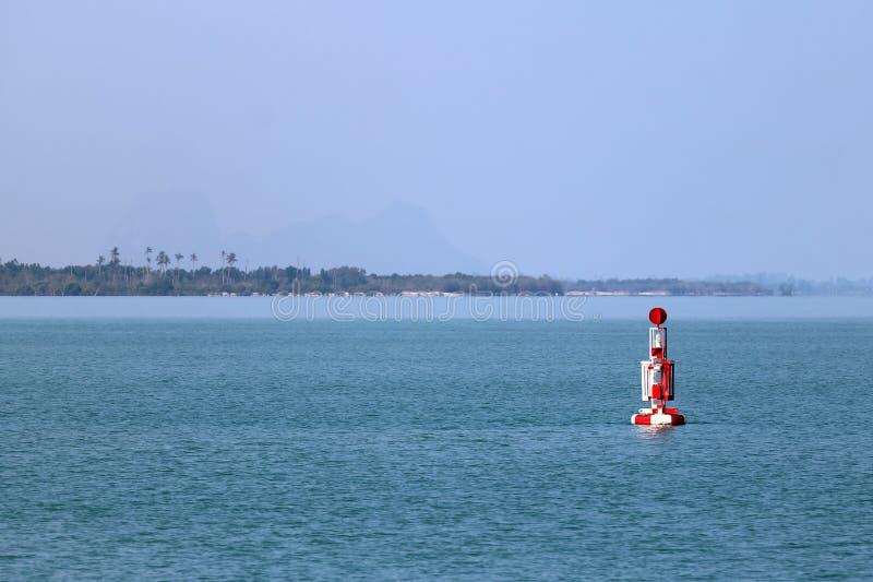 Röd den bojnavigering eller lateralen markerar att sväva i havet royaltyfri fotografi