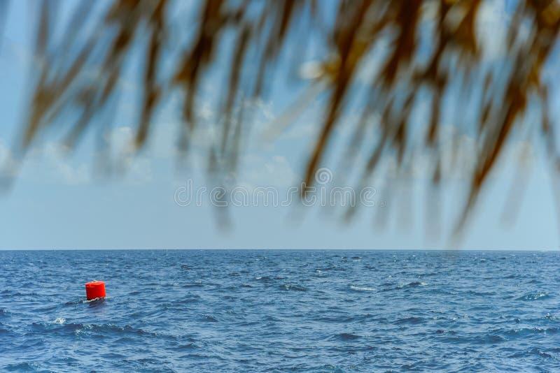 Röd den bojnavigering eller lateralen markerar att sväva i havet fotografering för bildbyråer