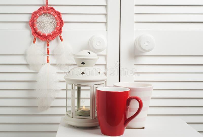 Röd dröm- stoppare med vita fjädrar royaltyfri bild