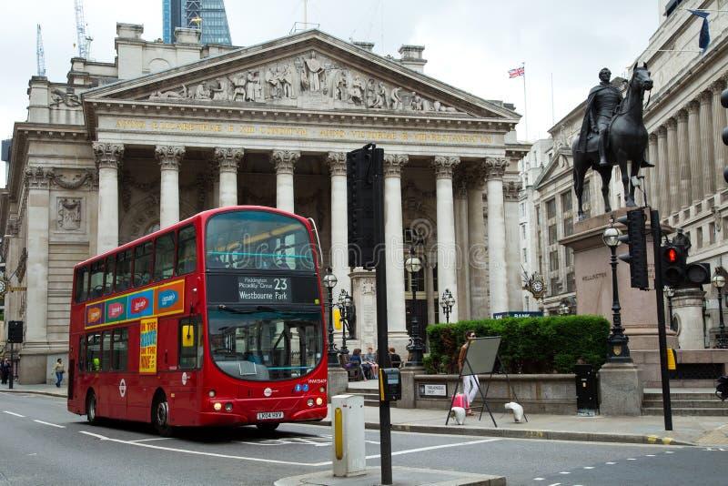 Röd dubbel däckbuss i gatan av London arkivfoto