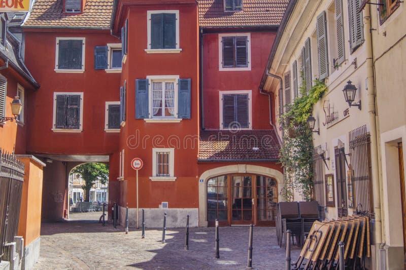 Röd elsassisk hyreshus med blåa slutare royaltyfri foto
