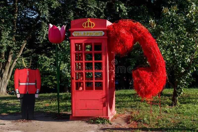 Röd engelskaask för telefon, inskrifttelefon arkivbild