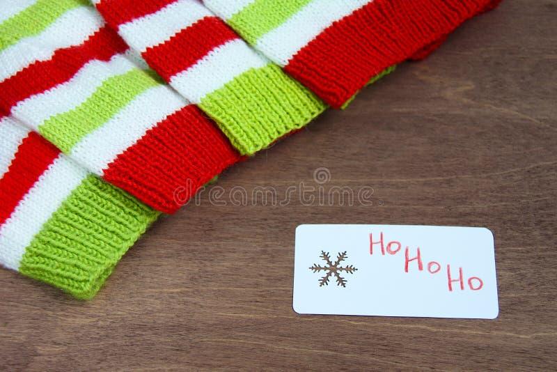 Röd färgrik jul, vit och gräsplan stack modeller av den Santa Claus hjälpredahatten, naturlig ull, handgjort stuckit, med pappers arkivfoton