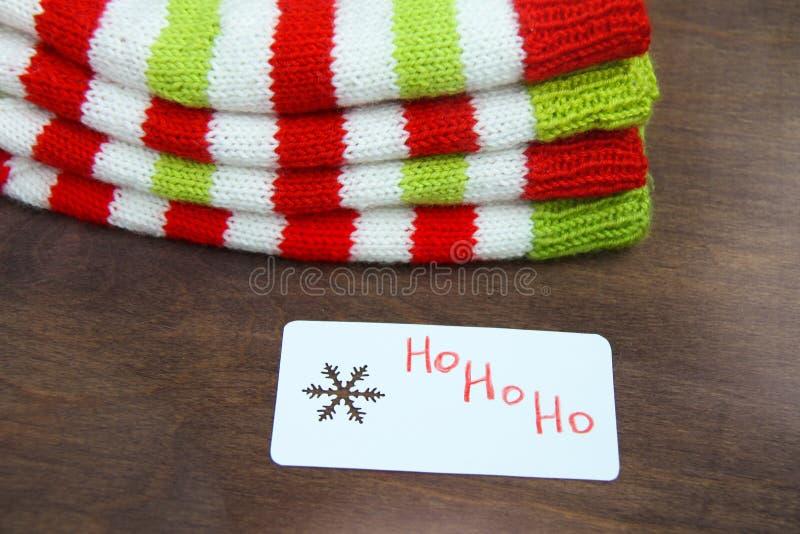 Röd färgrik jul, vit och gräsplan stack modeller av den Santa Claus hjälpredahatten, naturlig ull, handgjort stuckit, med pappers arkivbilder