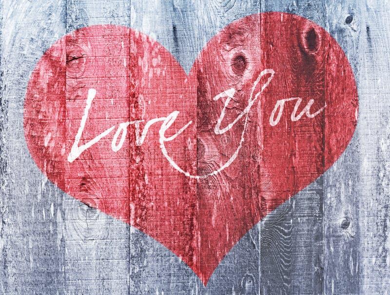 Röd förälskelse för ferie för hjärtavalentindag dig bekymrat trä för hjärtahälsning royaltyfri foto