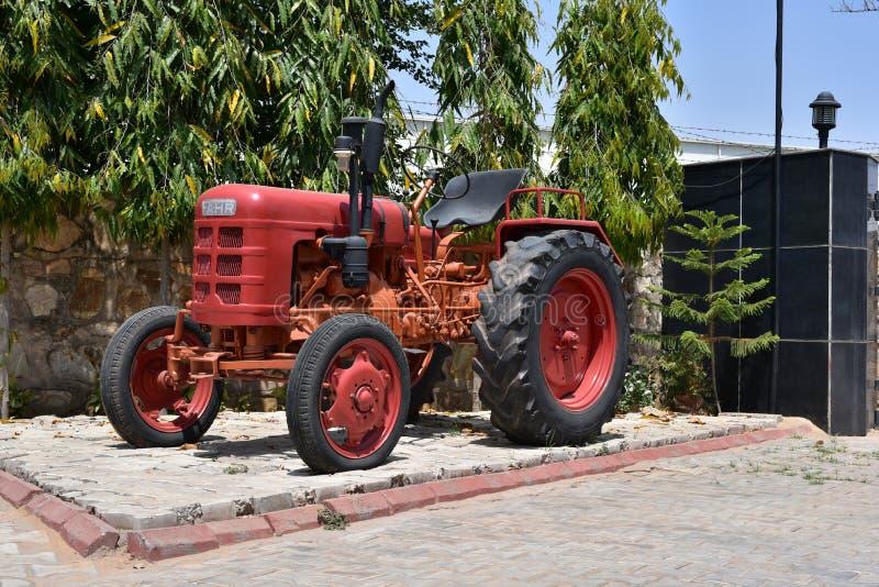 Röd Fahrenheit-traktor för tappning arkivbild