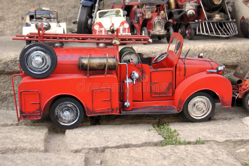 Röd firetruck för bil för leksaktappningmetall arkivbild