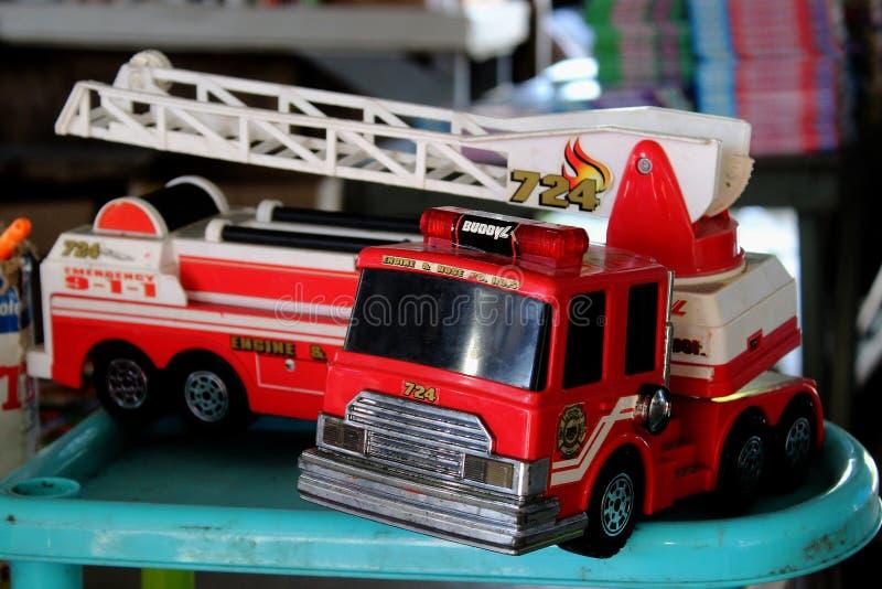 Röd Firetruckleksak för Retro tappning arkivbild