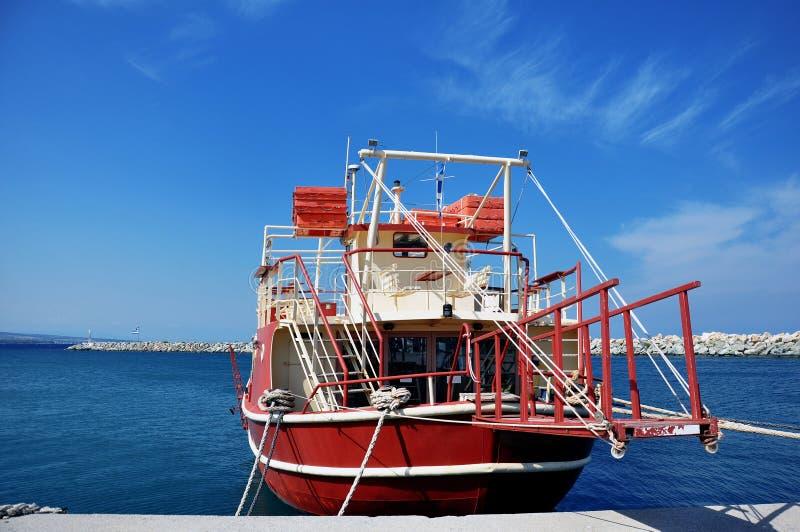 Röd fiskebåt royaltyfria foton