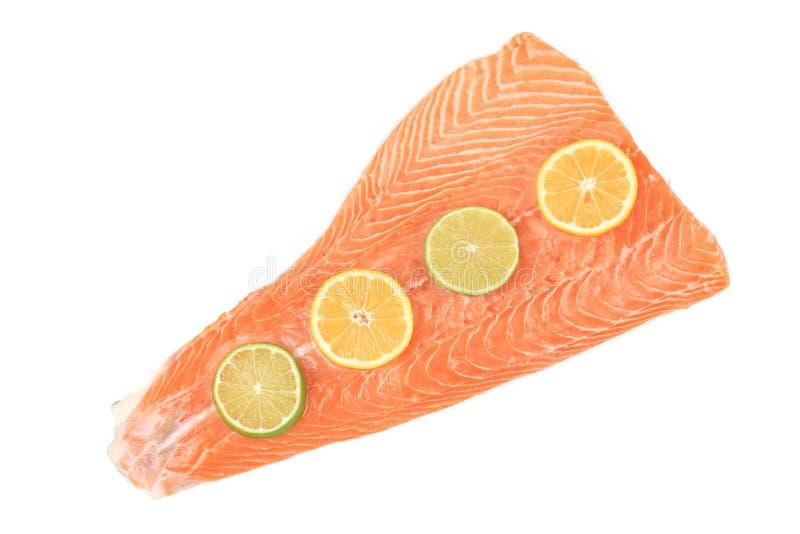 Röd fiskfilé med citronskivor arkivfoto