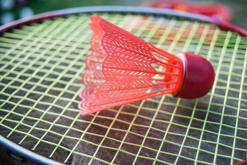 Röd fjäderboll för badminton royaltyfri bild
