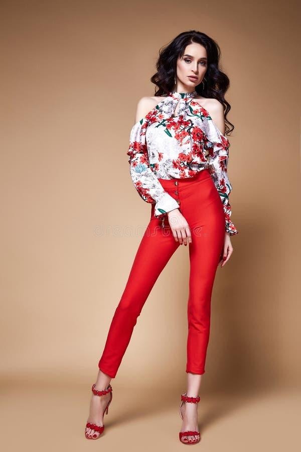 Röd flåsande för sexig för skönhetkvinna nätt för framsida för solbränna för hud blus för kläder siden- fotografering för bildbyråer