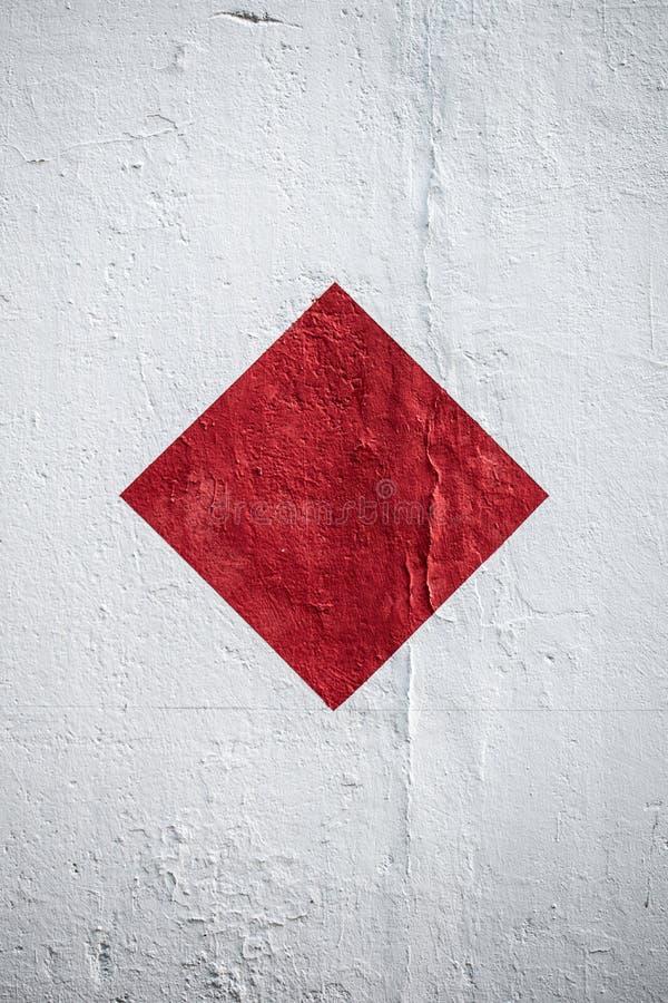R?d fyrkant p? en vit v?gg arkivfoto
