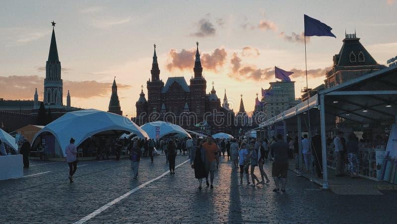 Röd fyrkantig ganska solnedgång för Moskva fotografering för bildbyråer