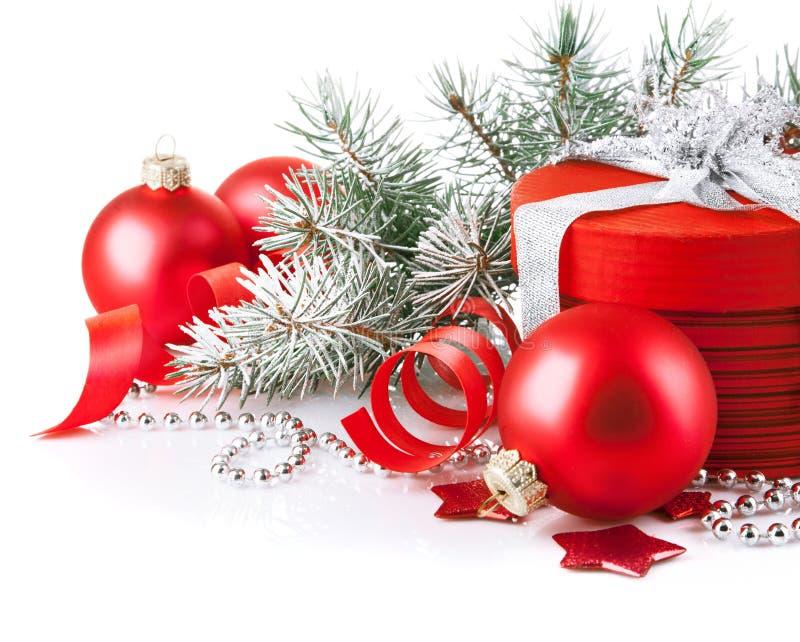 Röd gåva för jul med filialgran royaltyfri foto
