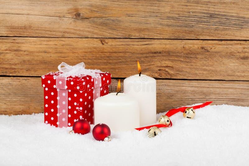 Röd gåva för jul med snö royaltyfria bilder