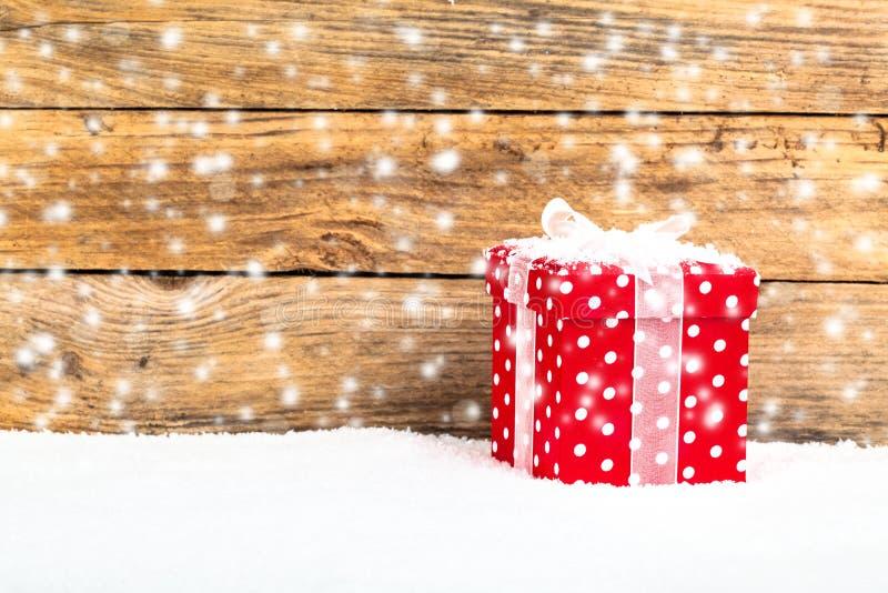 Röd gåva för jul på en träbakgrund royaltyfri bild