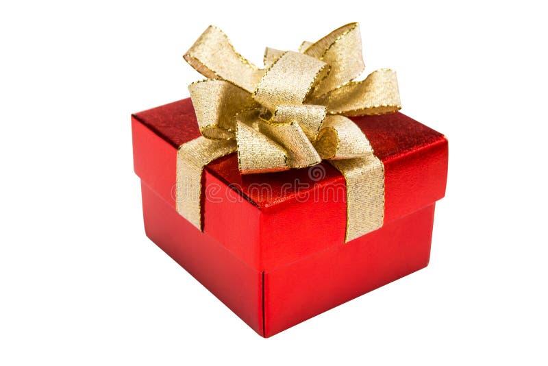 Röd gåvaask för jul med den guld- bandpilbågen som isoleras på vit b arkivfoton