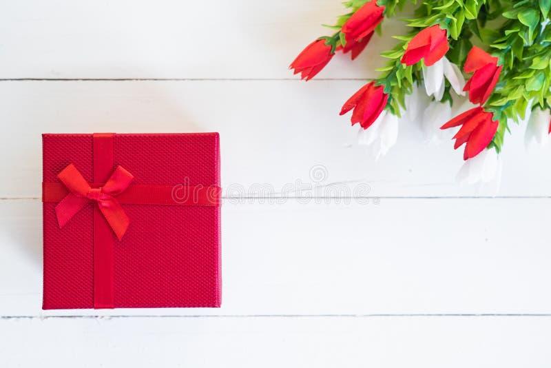 Röd gåvaask och blomma royaltyfri foto
